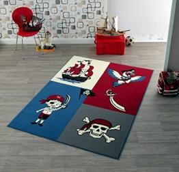 Kinder Teppich Kinderteppich mit Pirat , Piratenschiff , Papagei / weiss , blau , rot / Teppich / Kinder Teppich / Kinderspielteppich / Kinderteppich / Wandteppich / Modell Kinderteppich maritim / Dieser wunderschöne und Kinderteppich mit Pirat und Piratenschiff ist in der Größe ca. 200 x 140 cm erhältlich / Dieser Kinderteppich begeistert die Kids im Nu. In trendigen Farben wird er zum Blickfang in jedem Kinderzimmer. Sooo süß / Ist er endlich in das Kinderzimmer eingezogen, werden die Kleinen sich an diesem lustigen Motiv nicht satt sehen können. Farblich bunt, bringt dieser Kinderteppich eine harmonische Note in jedes Kinderzimmer und bereichert es durch einen modernen und fröhlichen Farbtupfer. Gleichzeitig motivieren sie auch zum Träumen, zum Lernen und sind so lustig, dass sich Ihr Kind seine helle Freude daran haben wird und sich nicht satt sehen kann. Die modernen Designs passen dabei ideal in die Kinderzimmer von heute und begeistern durch die unglaubliche Farbintensität - 1